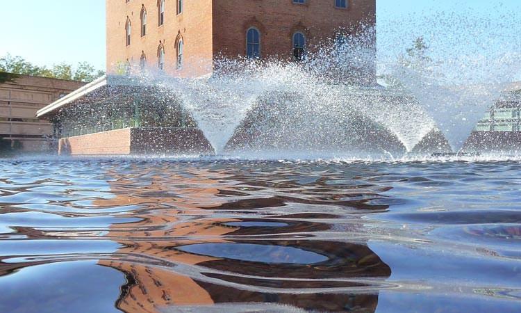 cummins-hq-columbus-in-pond-fountain