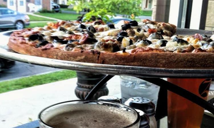 Zwanzigz pizza in window